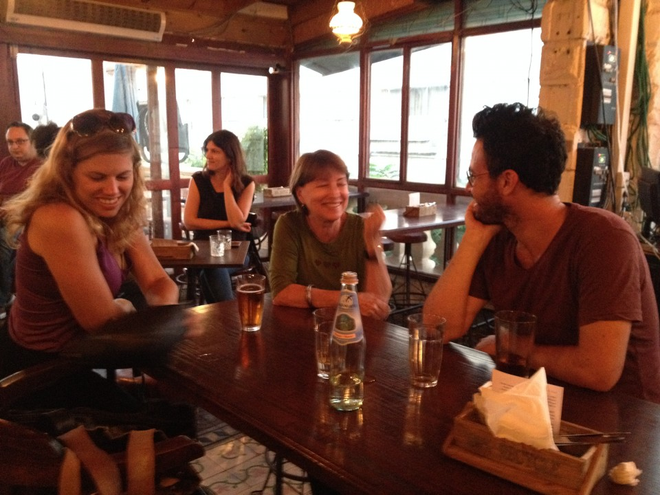 רותם, רחל ועמית מצוות המיקרוסינמה על כוס בירה