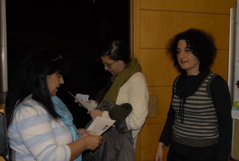 אמה ופנינה הפעילות הנמרצות מקבלות את הקהל ובודקות כרטיסים