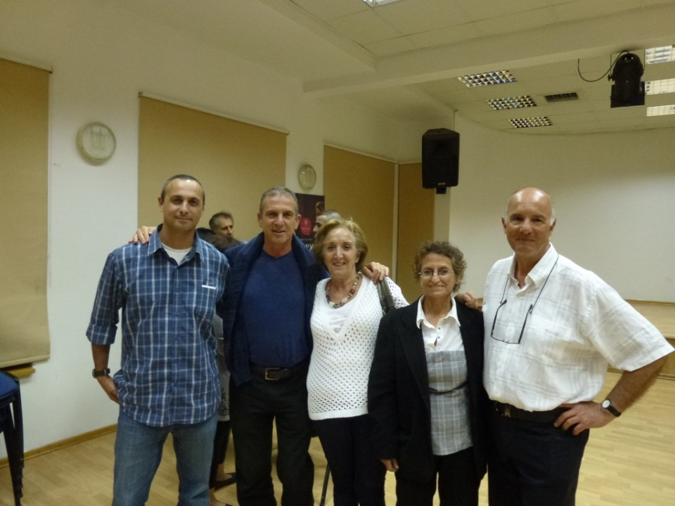 הבמאי סרג' אנקרי עם נציגת ועד השכונה ג'נט דלל ומשתתפים נוספים